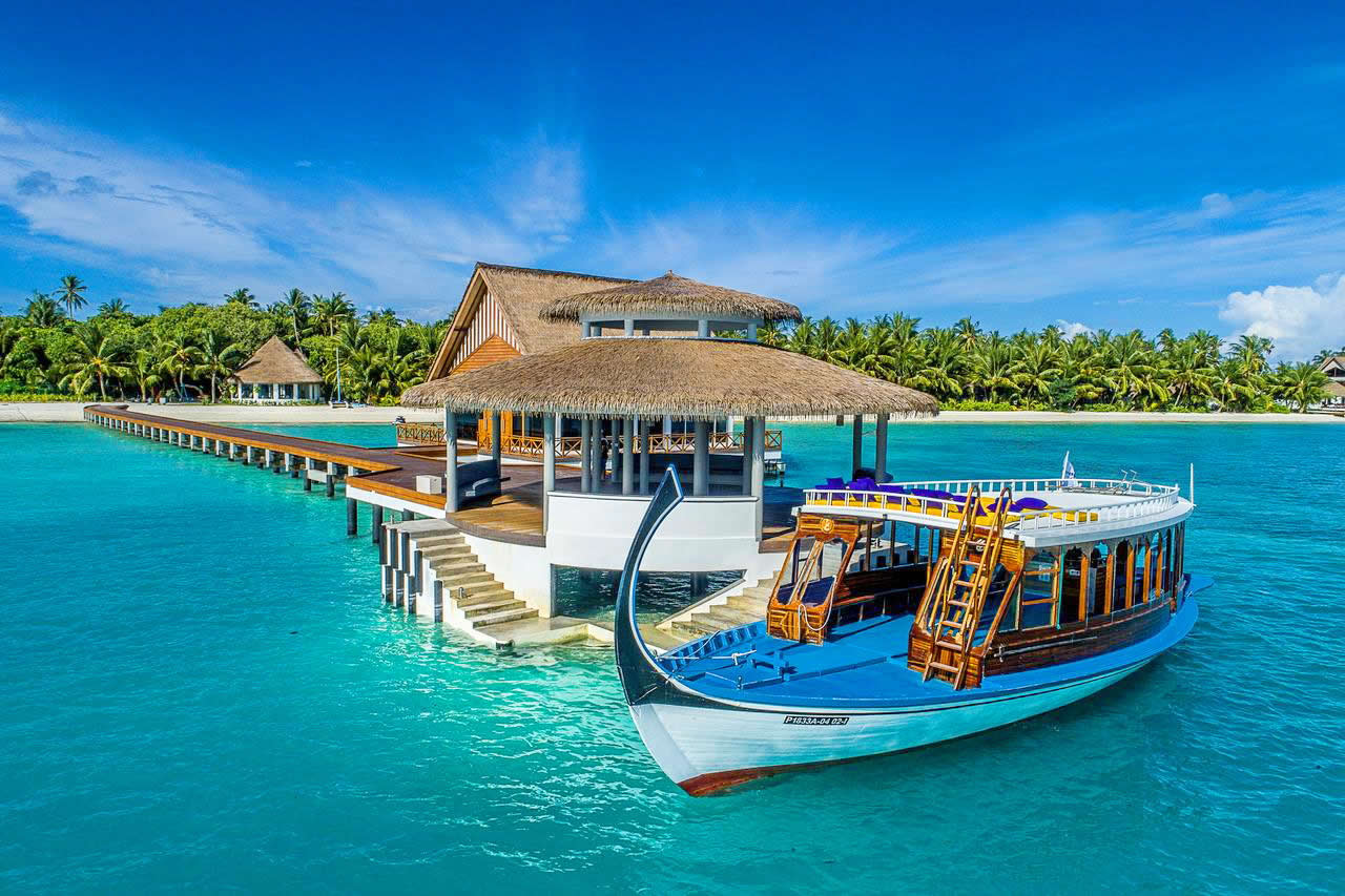 Featuring a private beach area, Mercure Maldives Kooddoo Resort is situated in Gaafu Alifu Atoll. This 4-star resort features free WiFi and a tennis court. Guests can use the fitness centre, or enjoy sea views.