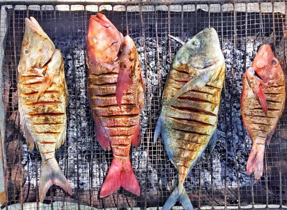 рыба на углях в мальдивах