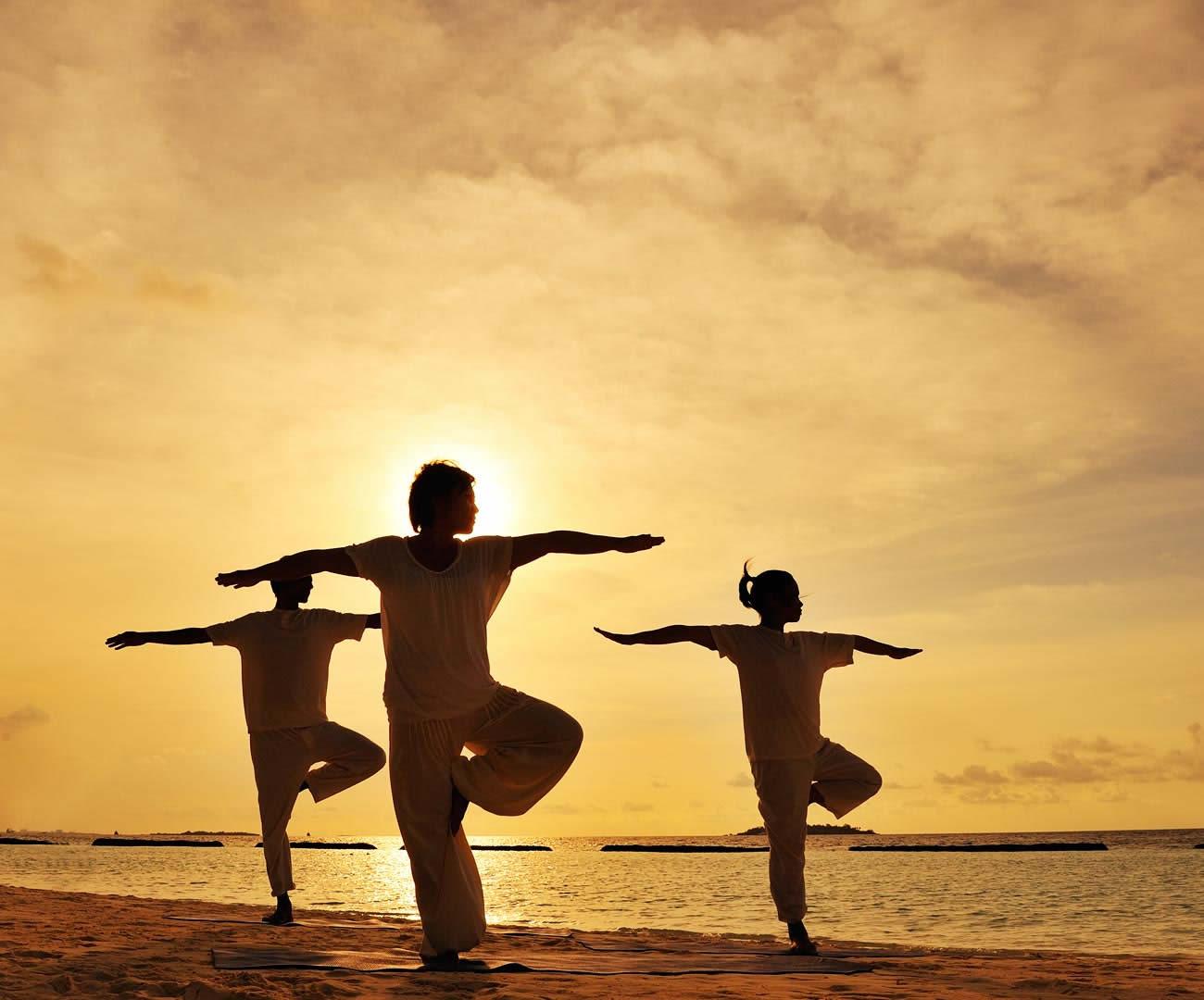 йога на пляже в мальдивах