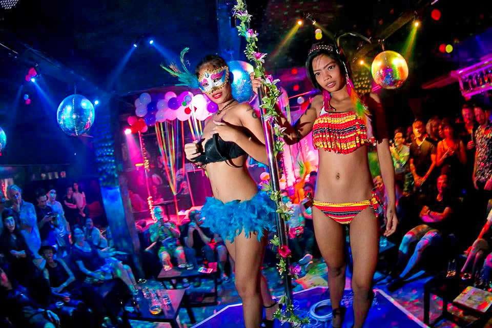 В барах стриптиз полный самое эротические шоу в мире